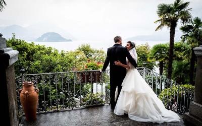 A dream backdrop with an outdoor wedding ceremony: a wedding on Lake Como